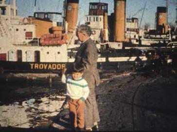 Eduardo Fuenzalida con un nieto en el puerto de Buenos Aires (Cortesía de la ...
